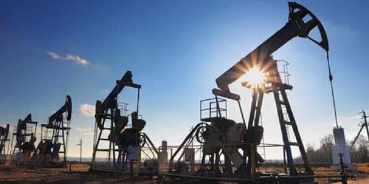 Khai thác dầu thô bị ảnh hưởng lệnh cấm và ncovid